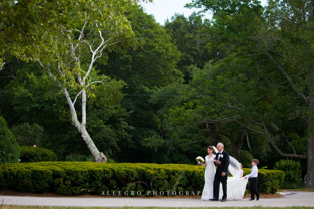 bride walking down the aisle at the pierce house - photo by allegro photography