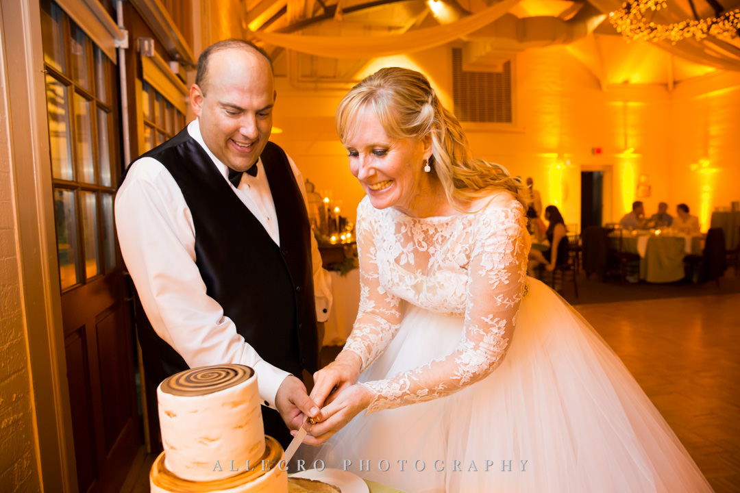 Bride and groom cut their cake at wedding | Allegro Photography